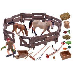 Farma – kone v ohrade